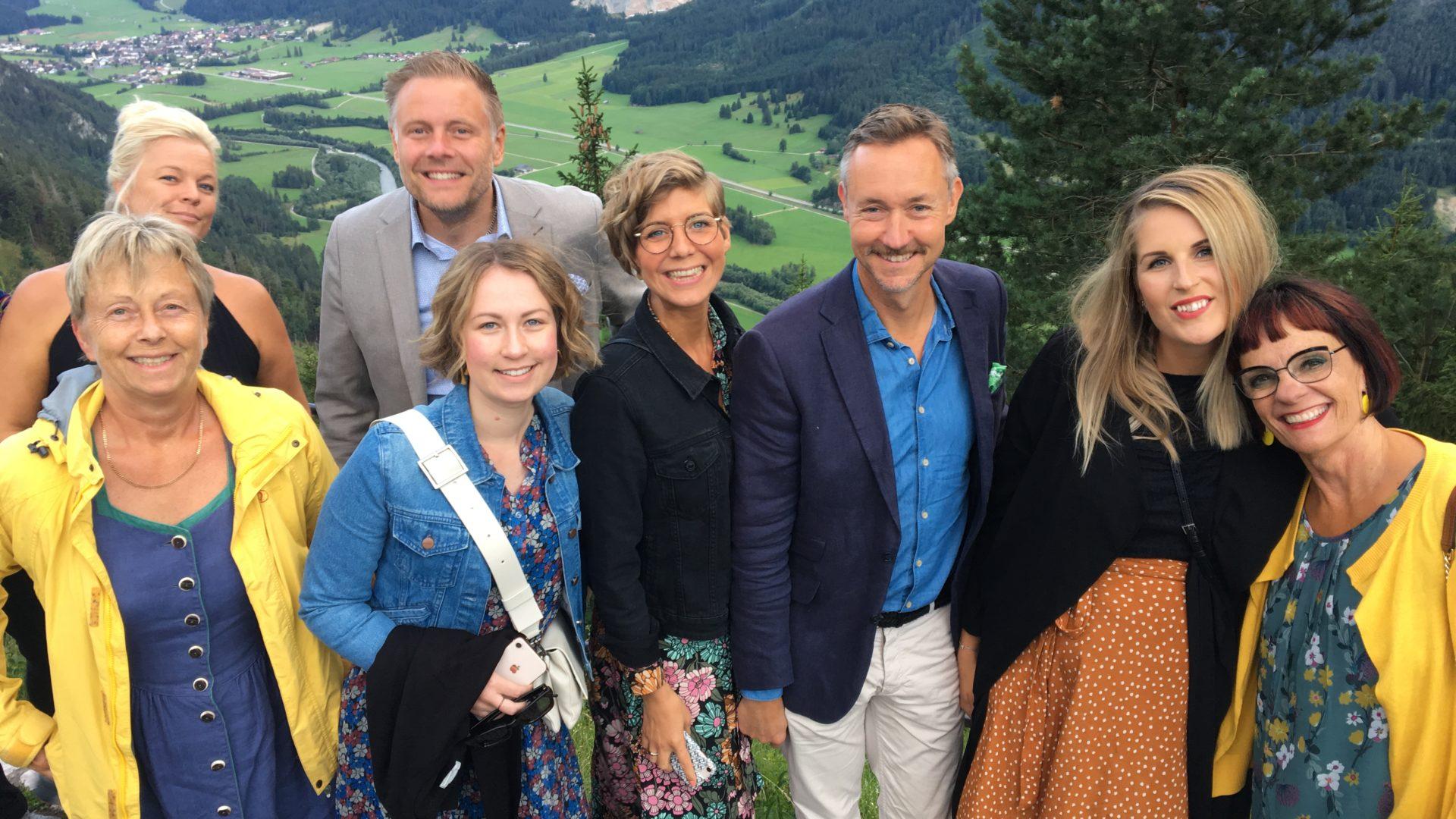Gruppbild på några av Tele Coachings medarbetare från ett berg i Füssen.