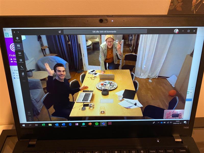 Kollegor på en datorskärm som vinkar till kameran