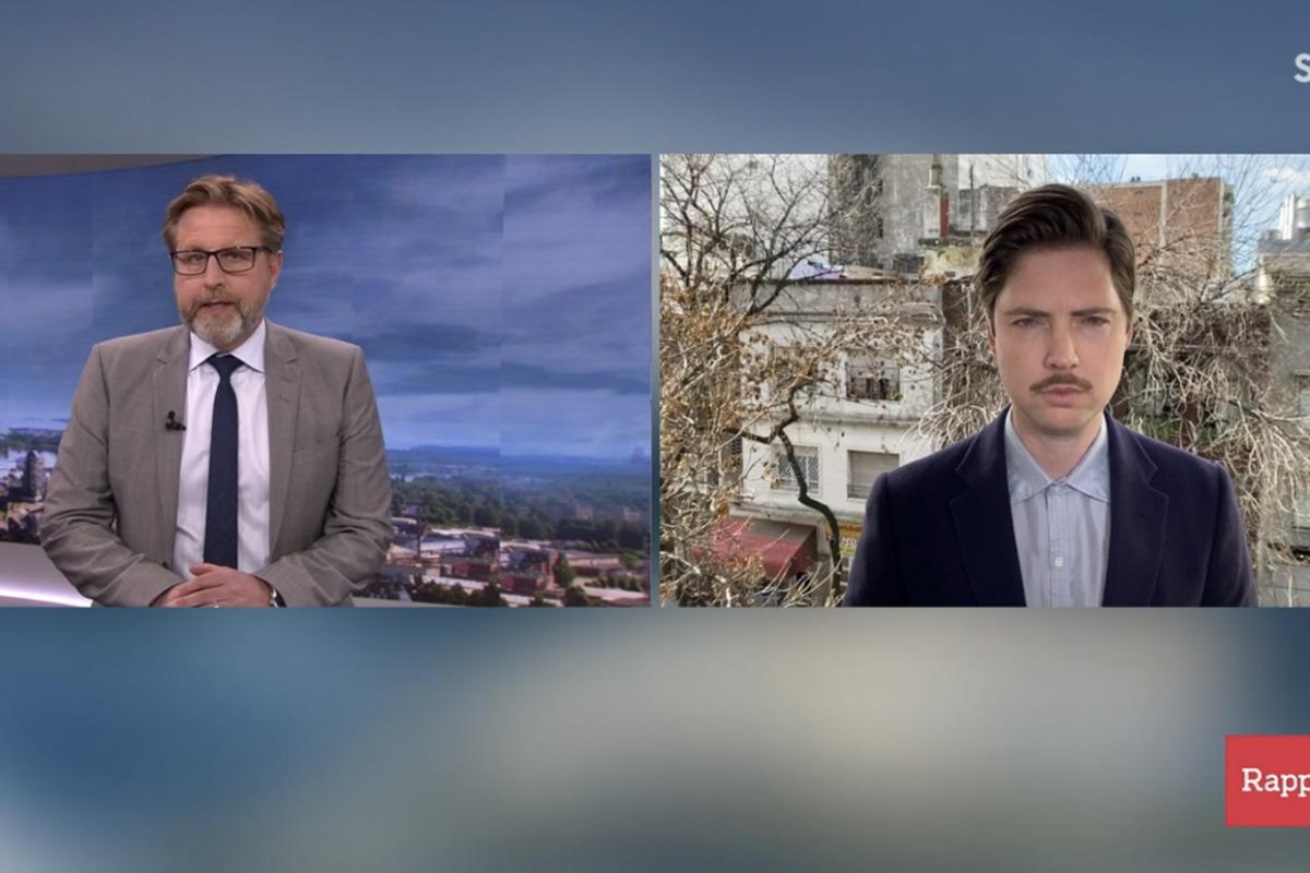 Till vänster ett nyhetsankare i studion. Till höger en utrikeskorrespondent. Båda tittar in i kameran.
